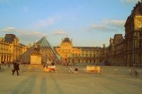 Praça central do Louvre-Paris